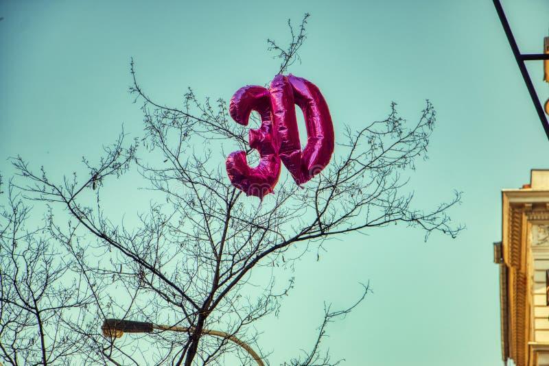 Ballon der Nr. 30 auf blauem Himmel stockbild