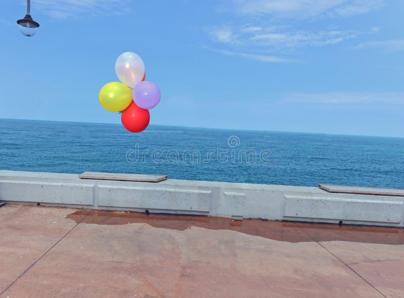 Ballon die op het overzees vliegen royalty-vrije stock fotografie