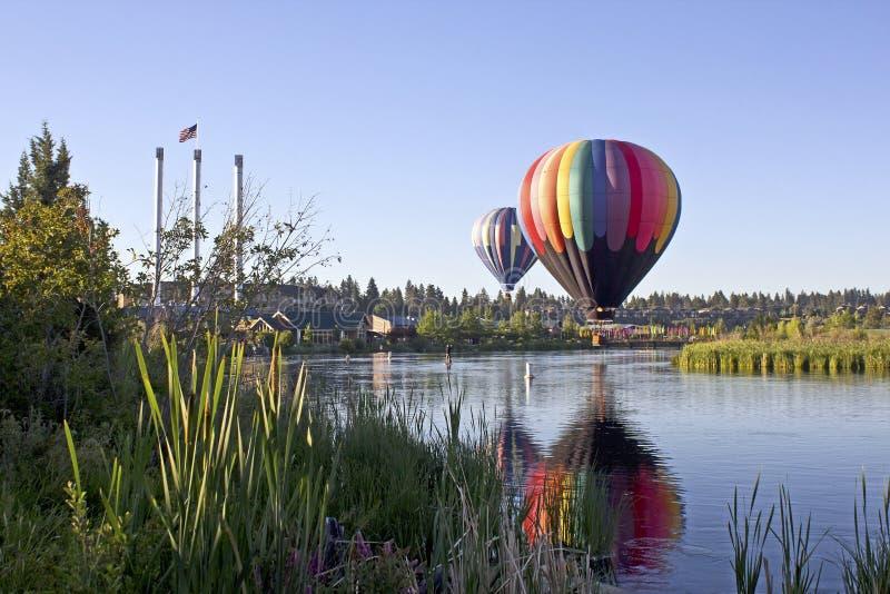 Ballon do ar quente do arco-íris na curvatura velha do moinho, Oregon fotos de stock