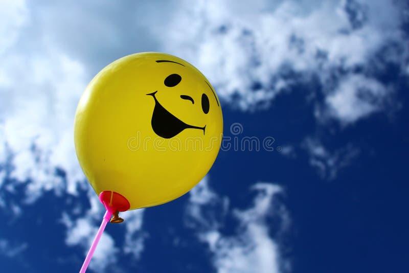 Ballon drôle devant le ciel images stock