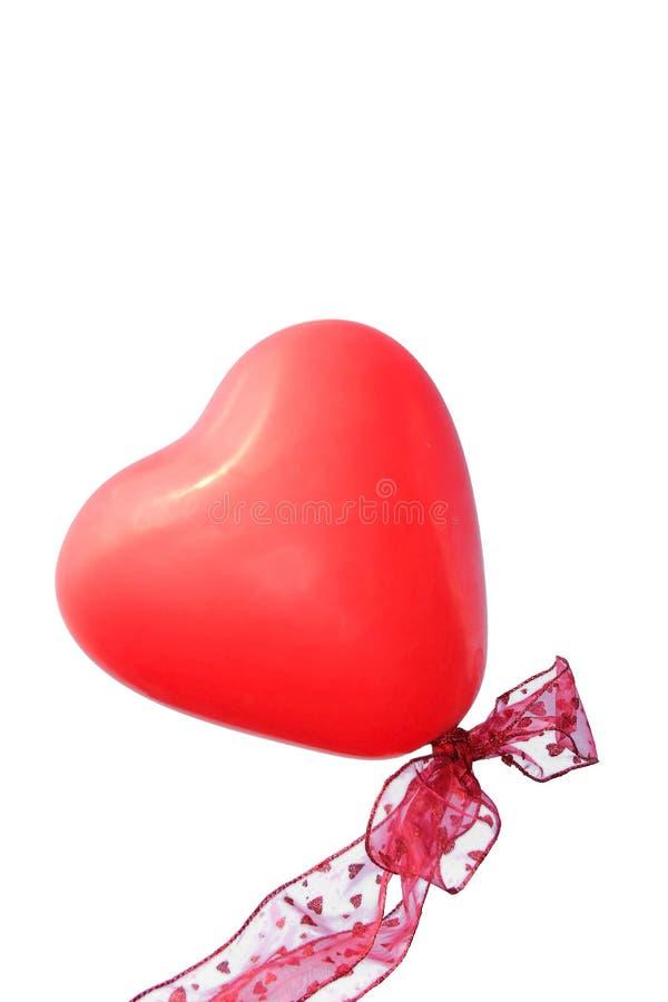 Ballon en forme de coeur rouge avec le ruban, fond blanc photo libre de droits