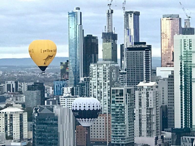 Ballon för varm luft över den Melbourne staden royaltyfri foto