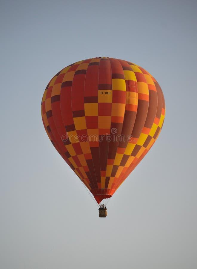 Ballon för varm luft i himlen arkivfoto