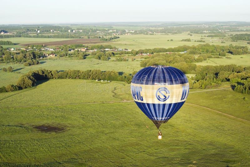 Ballon fliegt über Felder und Wiesen stockfotos