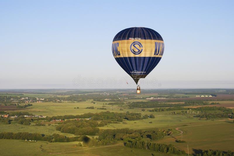 Ballon fliegt über Felder und Wiesen in Russland lizenzfreie stockfotografie