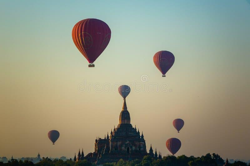 Ballon fliegt über Tempel Sulamani Guphaya an der Dämmerung stockfoto