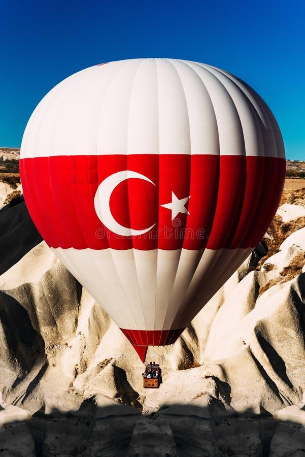 Ballon mit t?rkischer Flagge Ballone im Himmel ?ber der T?rkei bei Sonnenaufgang Bunter Hei?luftballon, der in blauen Himmel hoch lizenzfreie stockfotografie