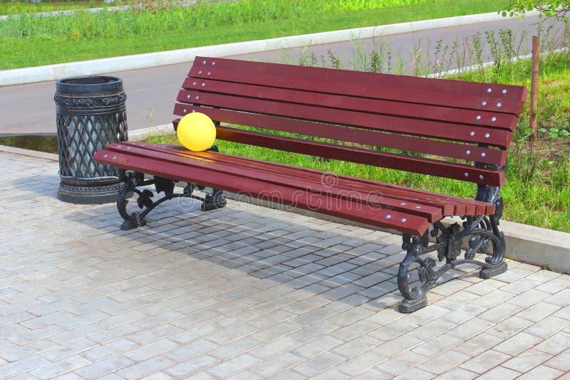 Ballon op een parkbank. royalty-vrije stock afbeeldingen