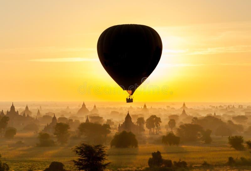 Ballon over Oude Bagan royalty-vrije stock foto's