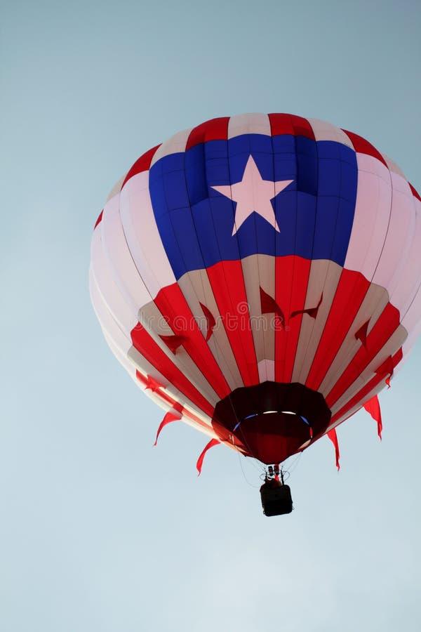 Ballon simple au-dessus de la ville transversale, MI image libre de droits