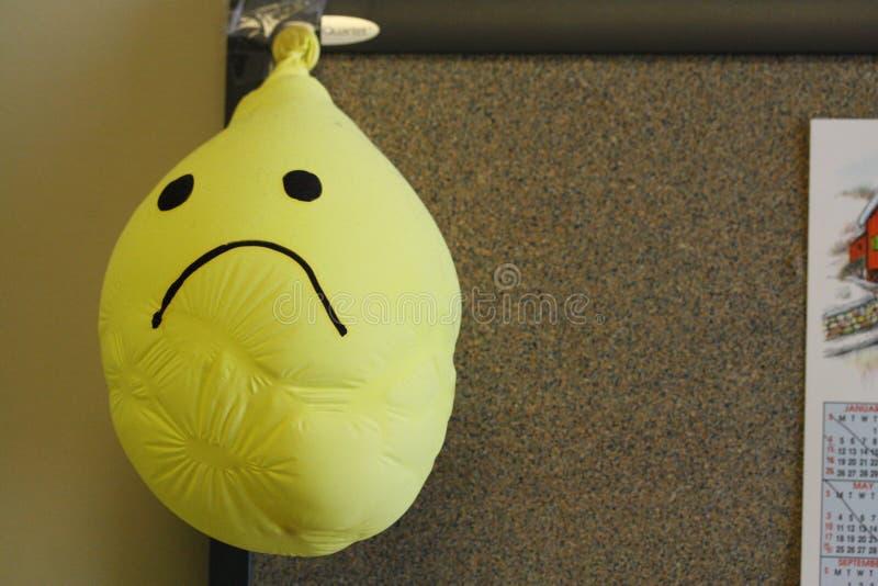 Ballon souriant de froncement de sourcils de jaune de visage de visage triste dégonflé photographie stock