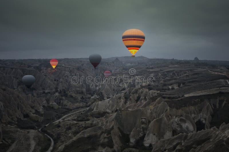 Ballonausflug über den feenhaften Kaminen am frühen Morgen bei Cappadocia lizenzfreie stockfotografie