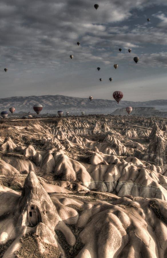 Ballone über Cappadocia lizenzfreie stockbilder