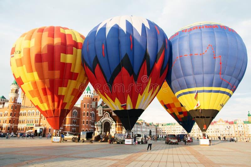 Ballone bevor dem Fliegen stockbild