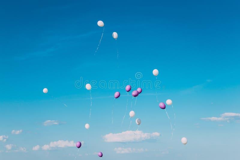 Ballone, die in den blauen Himmel am sonnigen vollen Tag fliegen lizenzfreie stockbilder