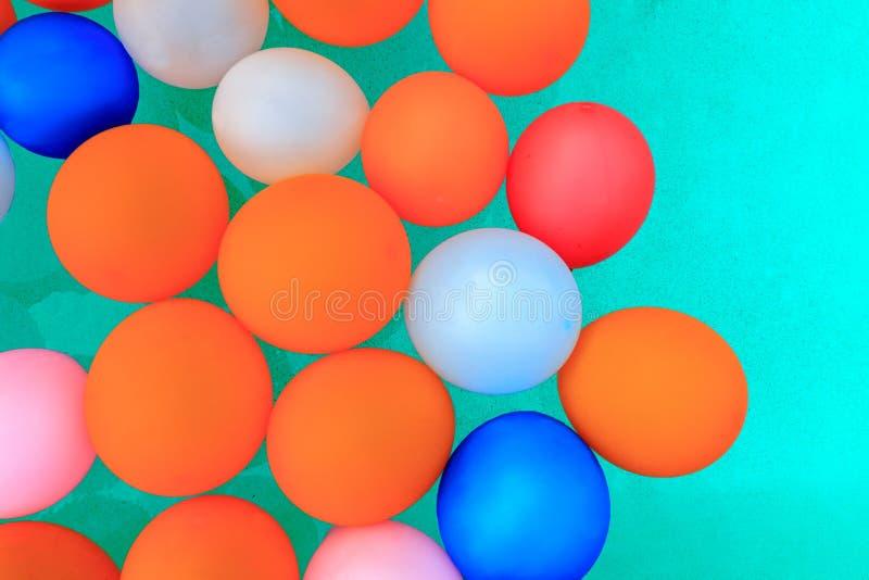 Ballone, die in Poolhintergrund schwimmen lizenzfreie stockfotos