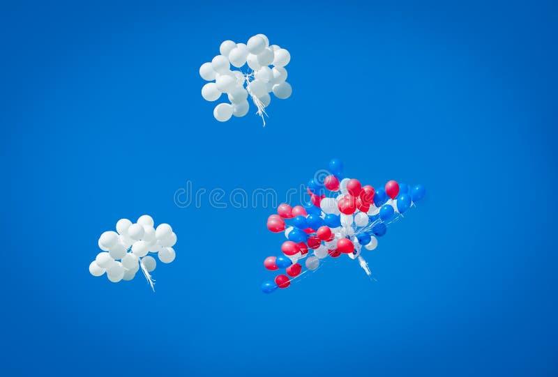 Ballone gegen den Himmel stockfotografie