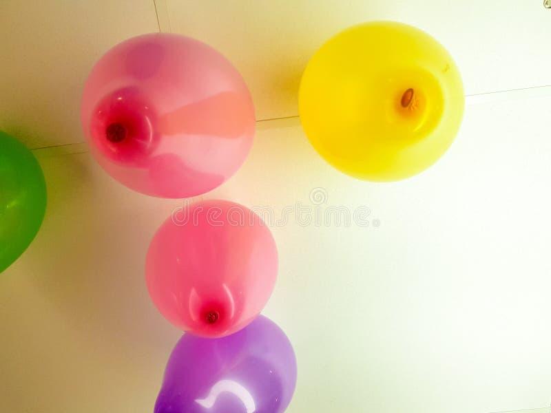 Ballone von den verschiedenen Farben geschwollen und zur Decke eines B?ros geklebt lizenzfreies stockfoto
