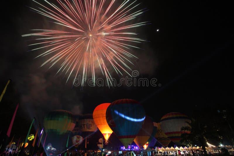 Ballonfestival met vuurwerk royalty-vrije stock afbeeldingen