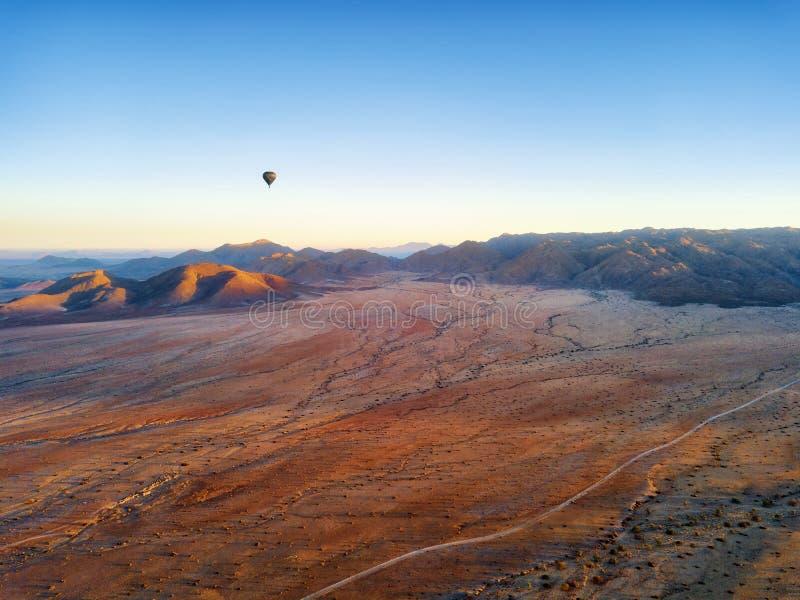 Ballong för varm luft över den namibiska öknen som tas i Januari 2018 royaltyfri fotografi