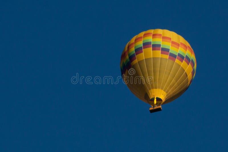 Ballong för varm luft över den Yarra dalen royaltyfri fotografi