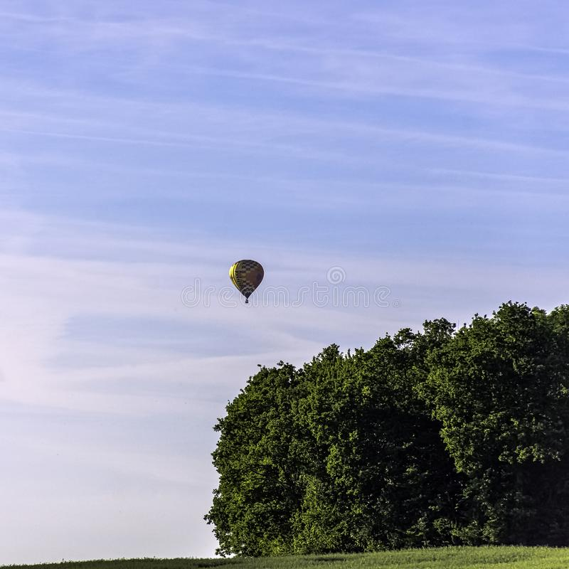 Ballong för varm luft över franska fält - Dinan, Frankrike fotografering för bildbyråer