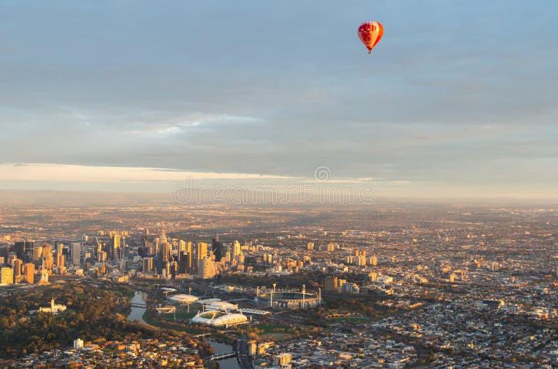 Ballong för varm luft över Melbourne royaltyfria foton