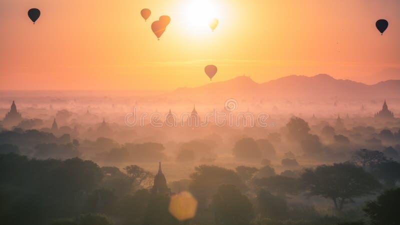 Ballong för varm luft över slätten och pagod av Bagan i dimmig morgon royaltyfri fotografi