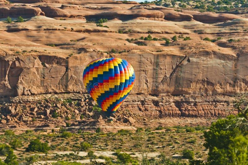 Ballong för varm luft i ökenterräng arkivfoton