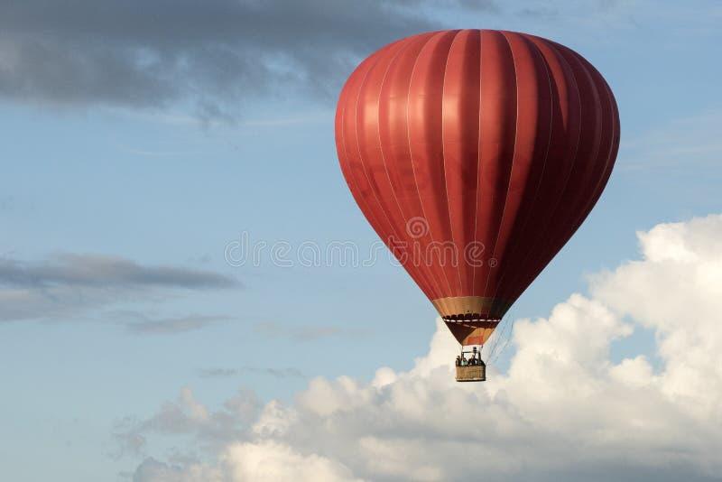 Ballong för varm luft i den Vilnius staden arkivfoton