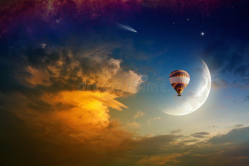 Ballong för varm luft i glödande himmel med resningmånen royaltyfria bilder