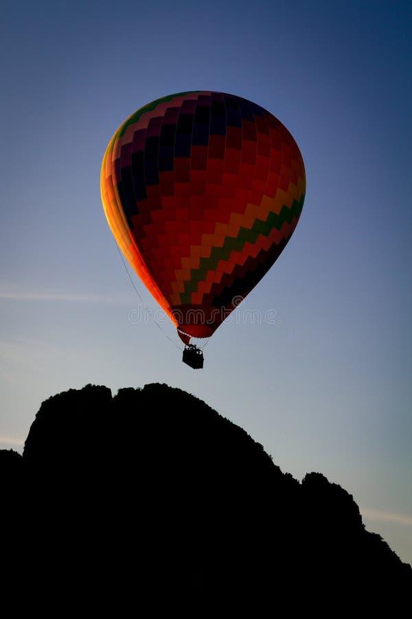 Ballong för varm luft i Vang Vieng, Laos royaltyfri foto