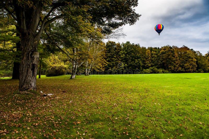 Ballong för varm luft på den Letchworth delstatsparken - nedgång/Autumn Colors - New York arkivbild