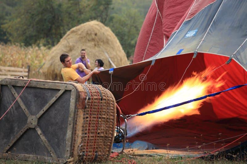 Ballong För Varm Luft Som Inflating På Gryning Redaktionell Bild