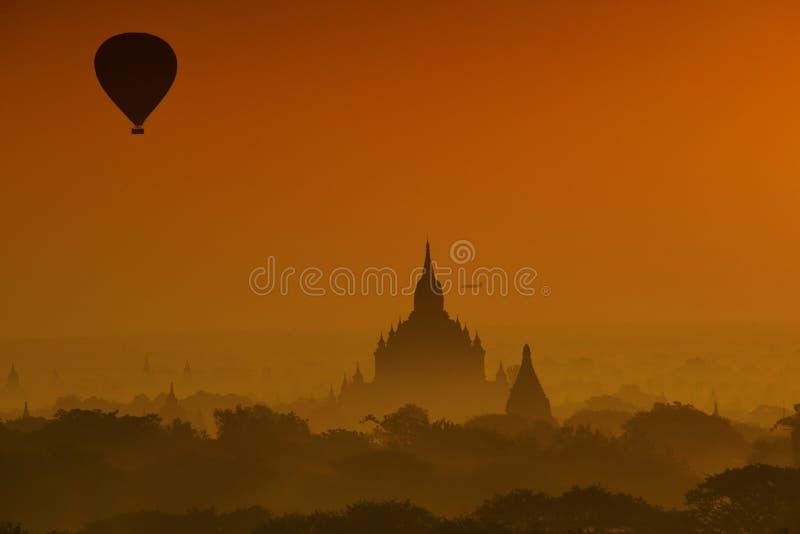 Ballong och soluppgång för varm luft på Bagan royaltyfri fotografi