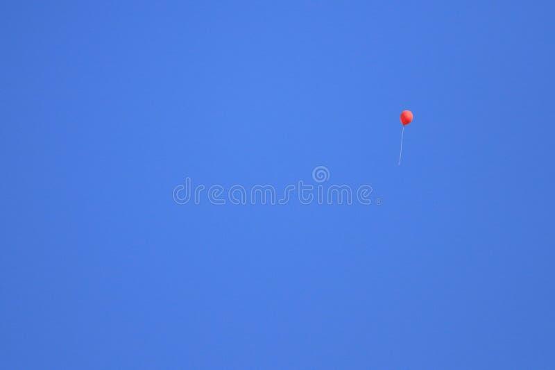 Ballong under den blåa himlen arkivfoton
