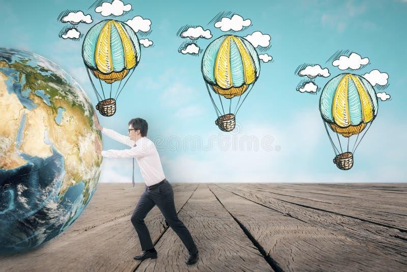 Ballongen för det driftiga jordklotet för affärsmannen skissar den near i himlen royaltyfria bilder