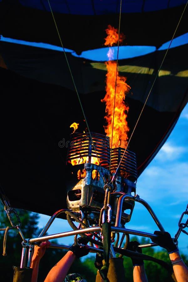 Ballongen för varm luft blåsas upp royaltyfri foto