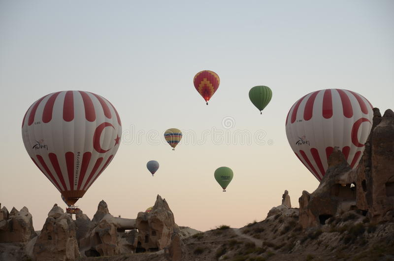 Ballongen för varm luft som över flyger, vaggar landskap på Cappadocia Turkiet arkivbilder