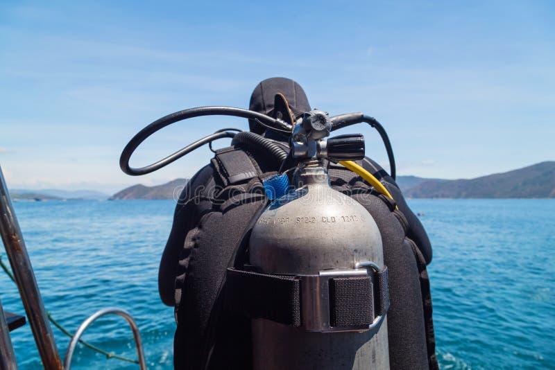 Ballongen på dykaren hoppade ner i vattnet Dykning Vietnam Sydkinesiska havet royaltyfria foton