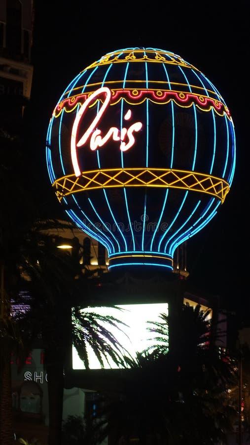 Ballongen Paris för varm luft på natten på den Las Vegas remsan fotografering för bildbyråer