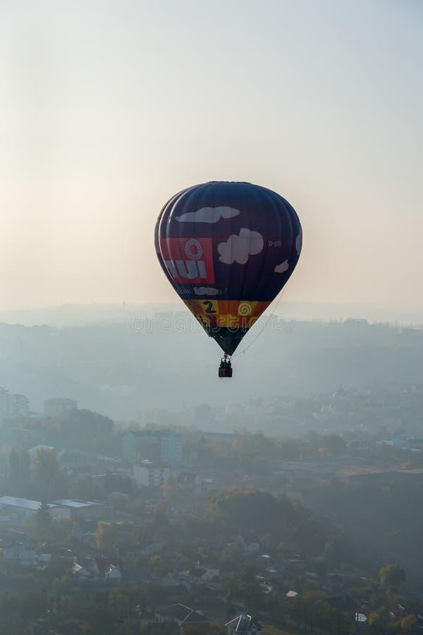 Ballongen svävar över staden royaltyfri fotografi