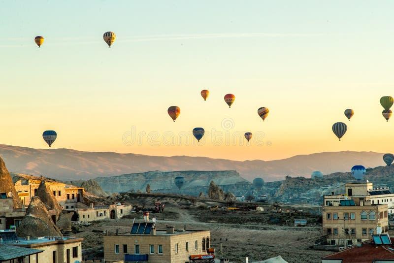 Ballonger Cappadocia för varm luft på soluppgång arkivfoto