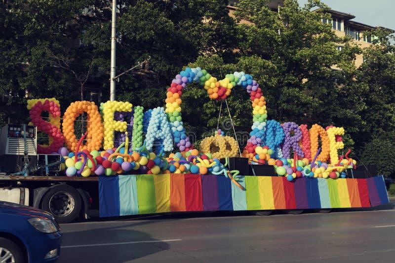 08 ballonger för Juni 2019 Bulgarienstolthet på en plattform under Sofia Pride ståtar arkivbild