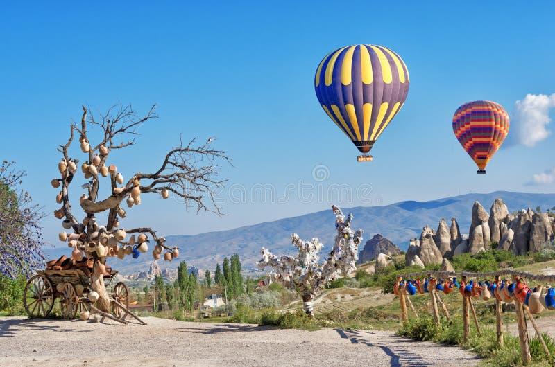Ballonger för varm luft över lantligt landskap, i Cappadocia, Turkiet arkivbild