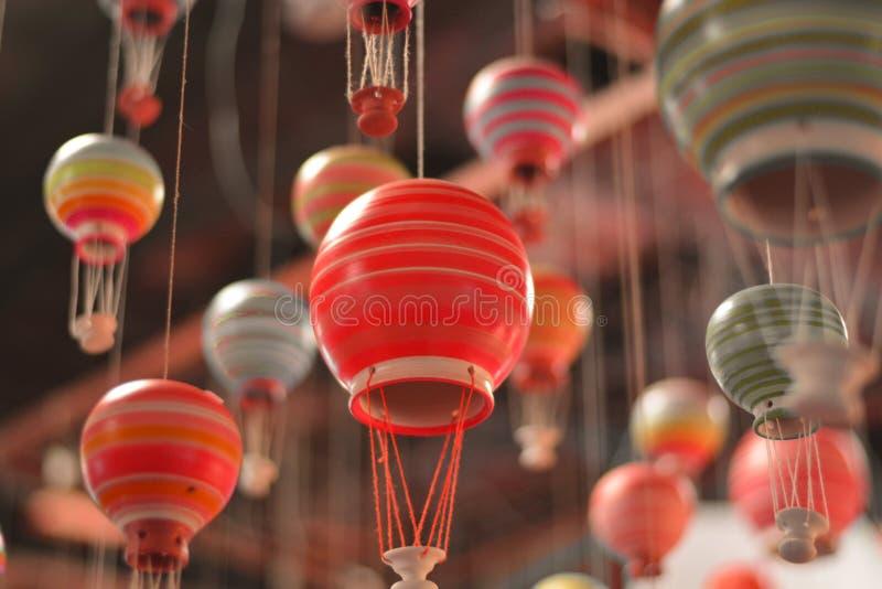 Ballonger för varm luft att flyga uppåt arkivfoton
