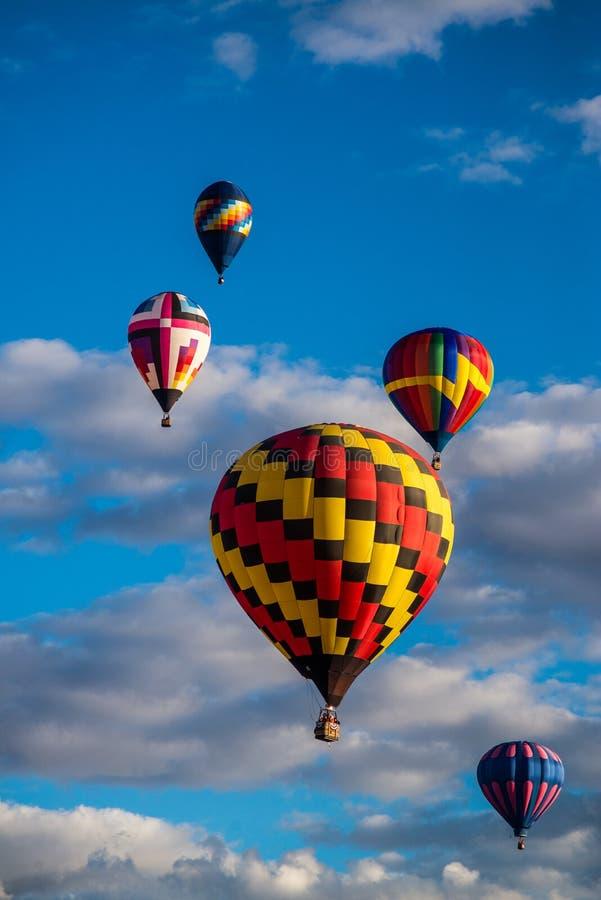5 ballonger för varm luft i himlen royaltyfria foton