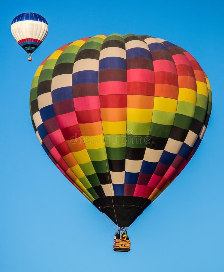 2 ballonger för varm luft i himlen arkivfoton