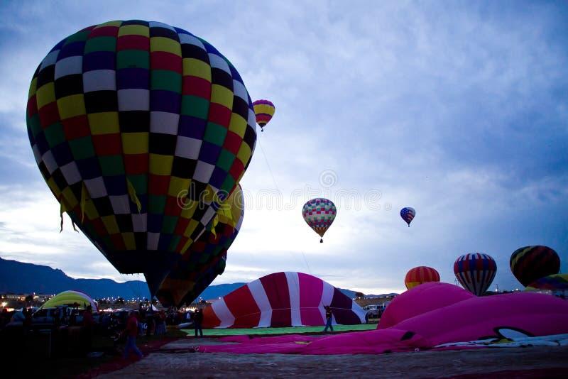 Ballonger för varm luft på den Dawn At The Albuquerque Balloon fiestaen royaltyfri foto