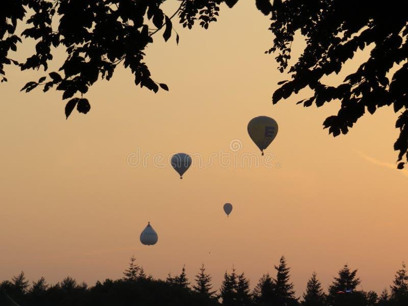 Ballonger för varm luft på solnedgång fotografering för bildbyråer